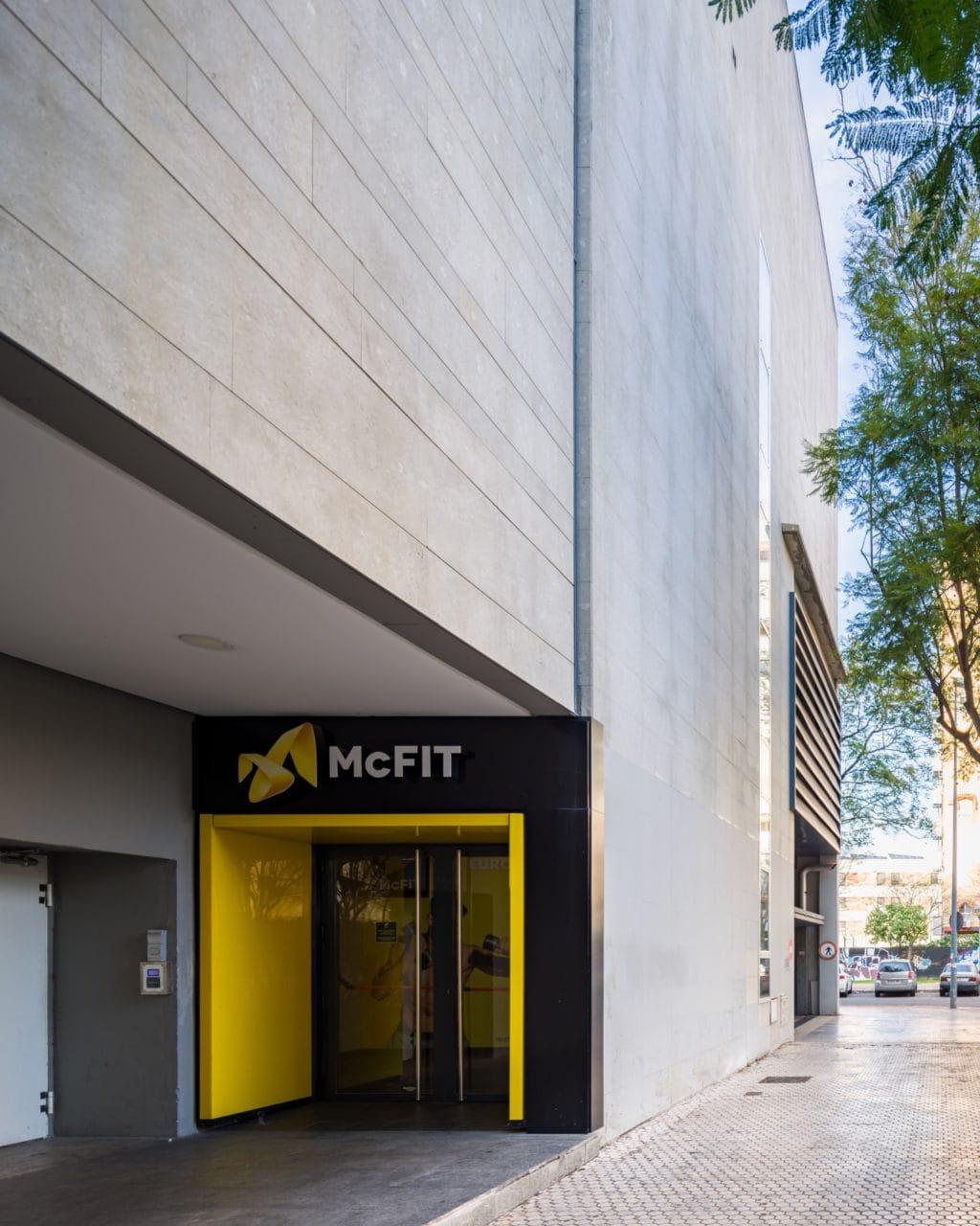 Detalle de una de las fachadas del Centro Comercial con el acceso al gimnasio