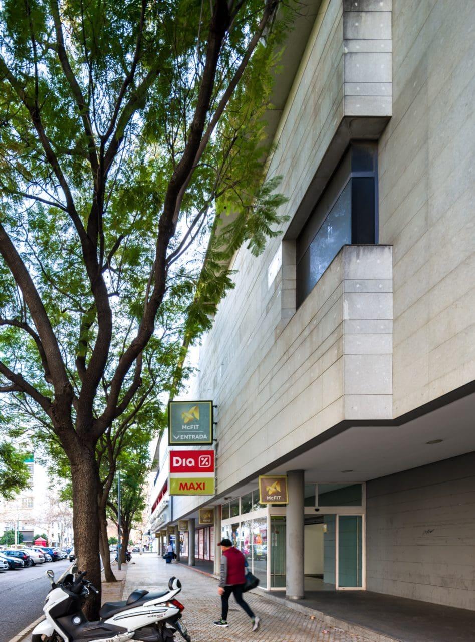 Detalle de uno de los accesos al Centro Comercial