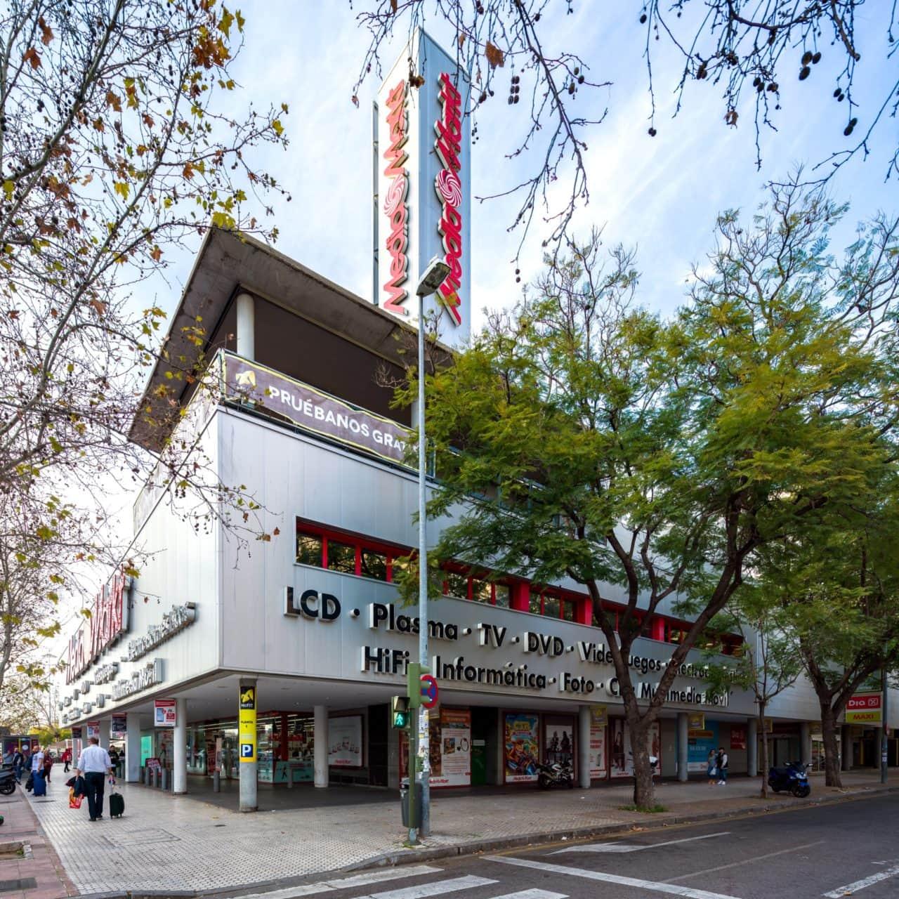 Vista del Centro Comercial desde una de las esquinas de la calle