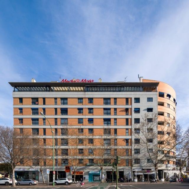 Vista desde la calle de la fachada del Edificio Aniversario