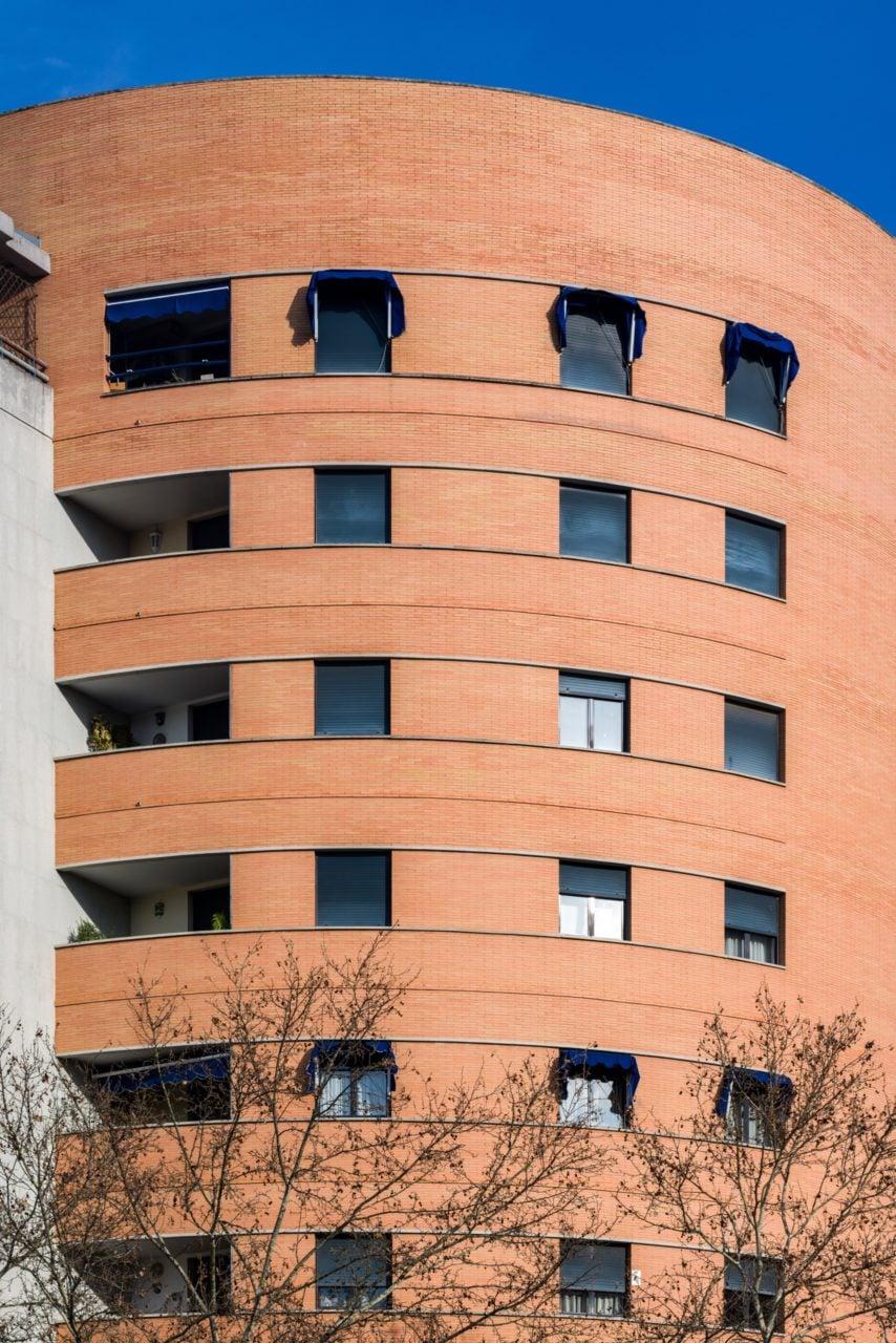 Detalle de la fachada curva de ladrillo rojizo
