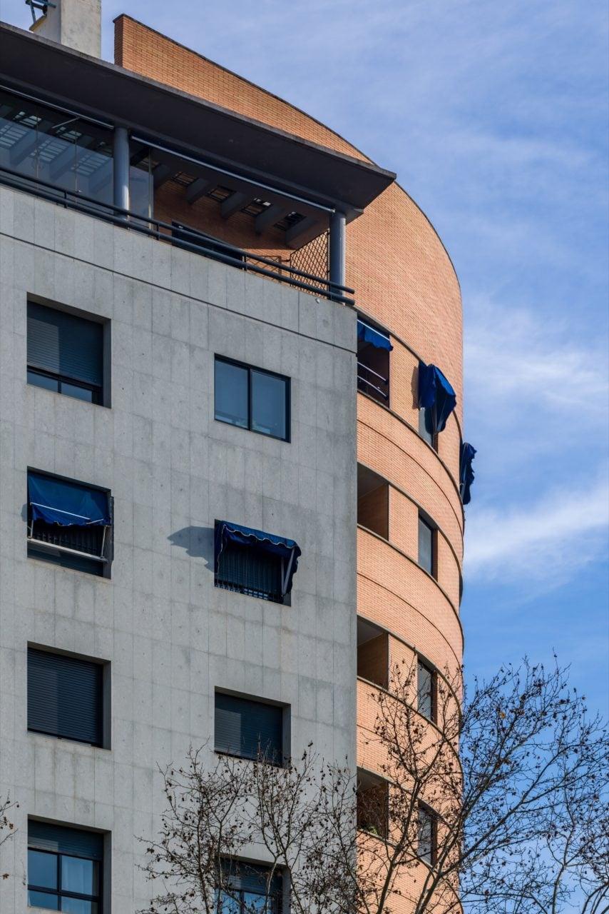 Detalle del encuentro en esquina de la fachada caliza con el ladrillo rojizo