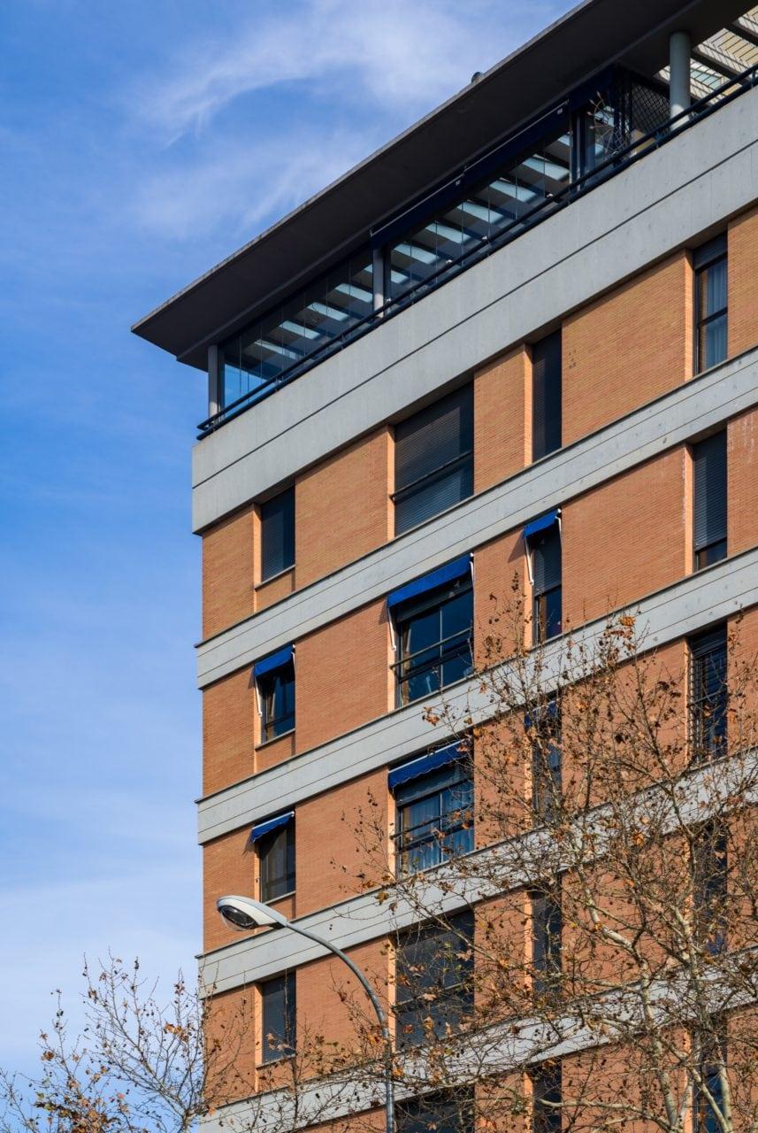 Detalle de la facha del edificio en la parte superior