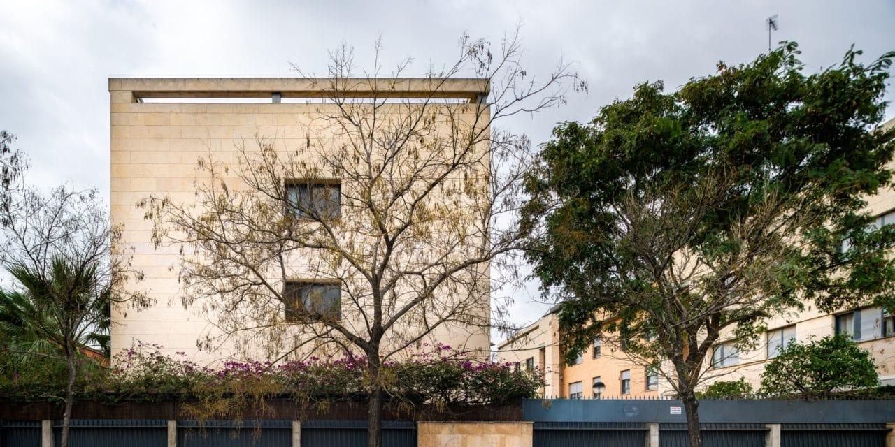 Vista del edificio con los árboles delante