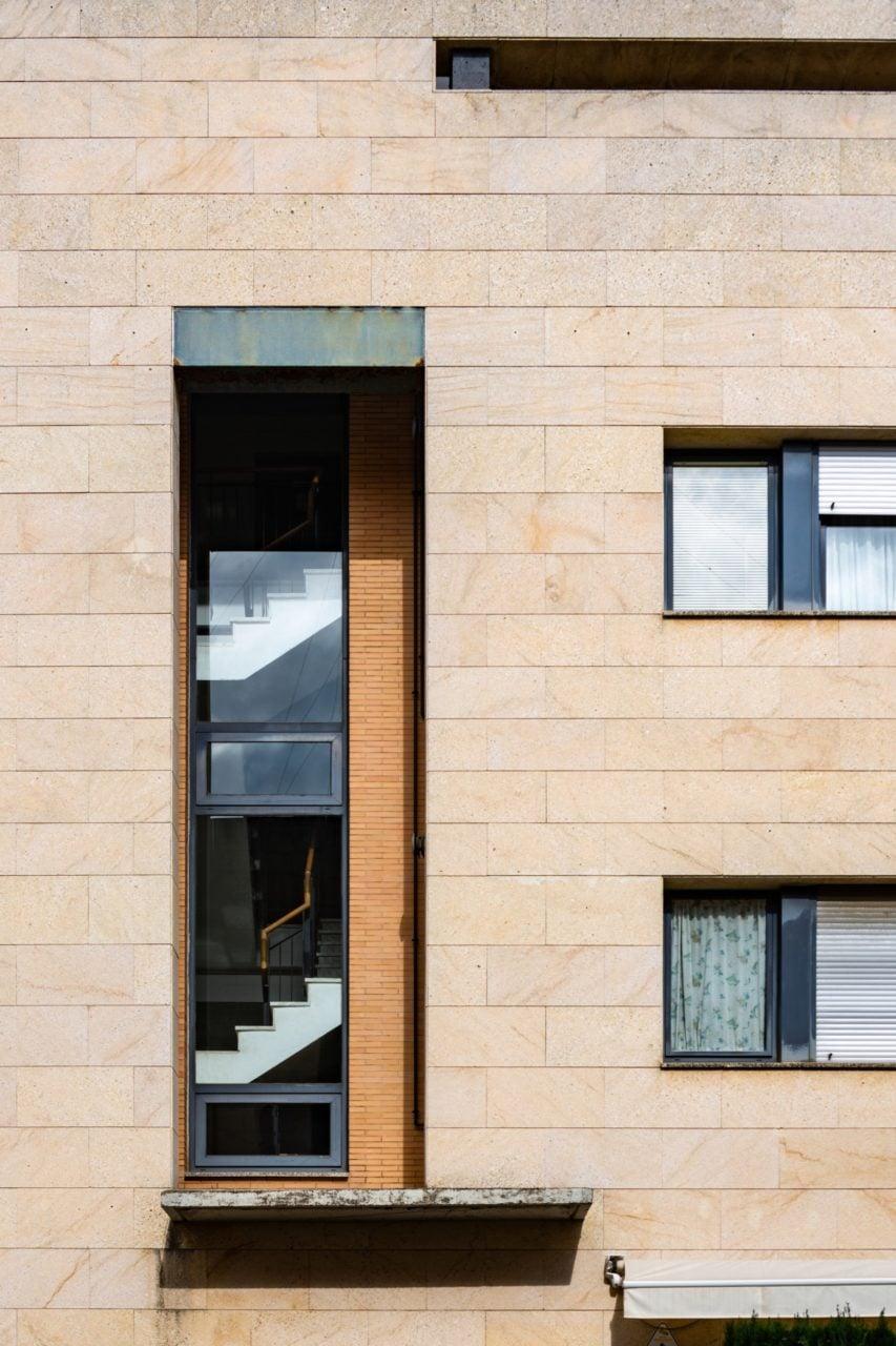 Detalle de fachada y el hueco de escalera