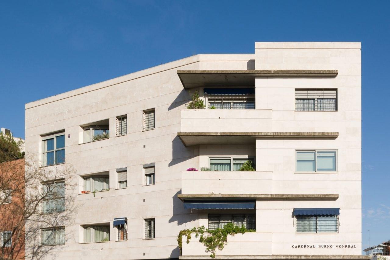 Vista frontal del edificio Adara