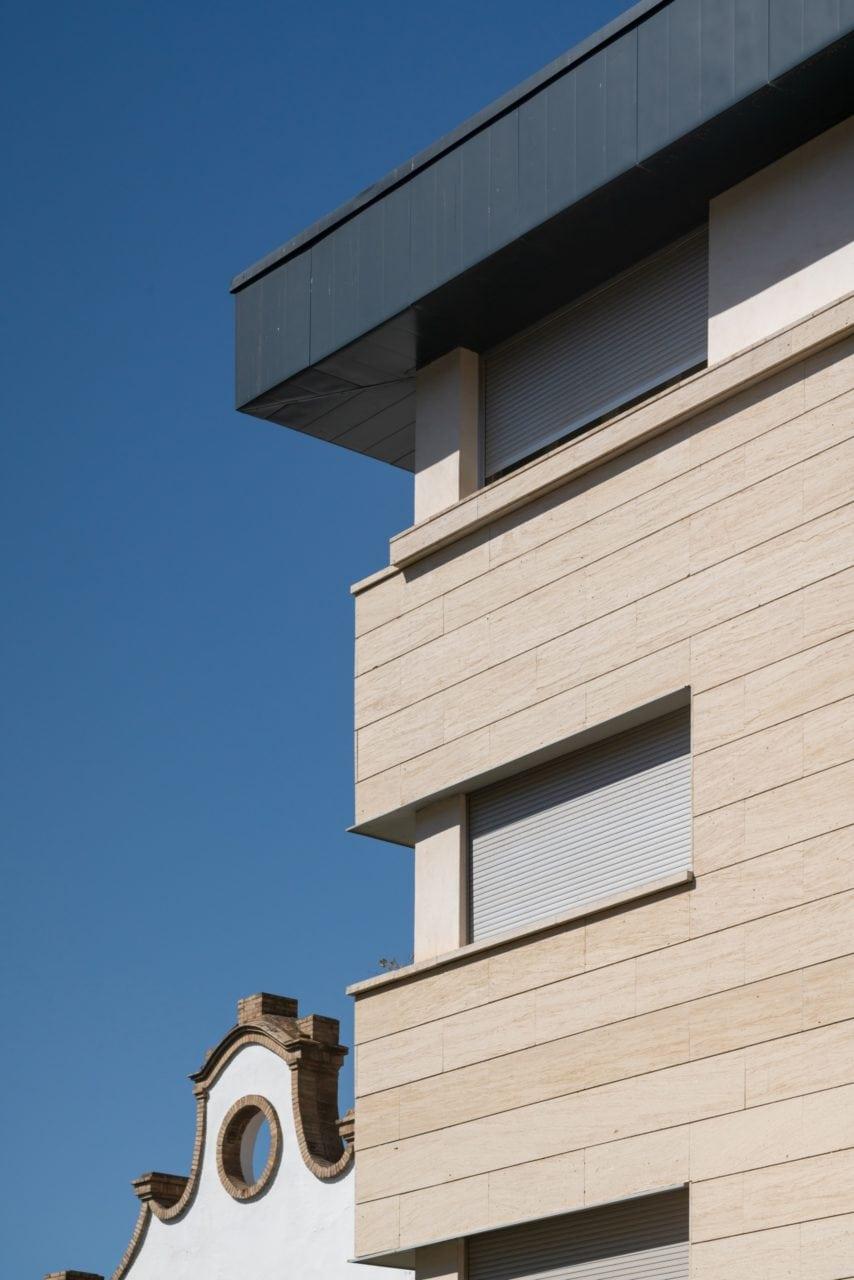 Detalle de la fachada con aplacado de Niwala de llaga seca