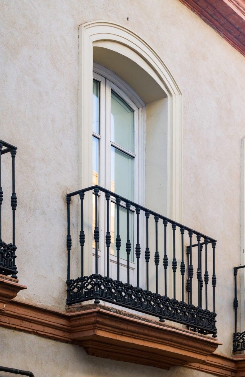 Detalle de uno de los balcones del edificio