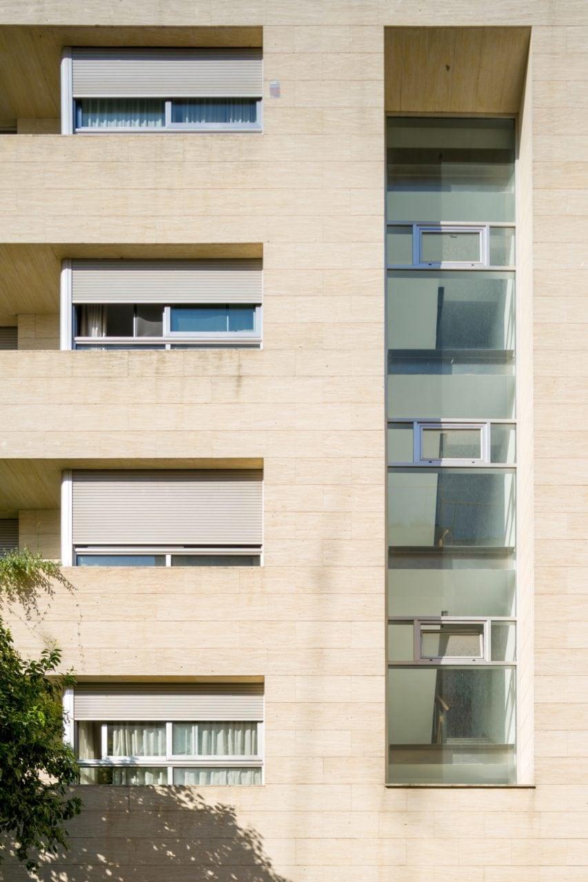 Detalle de la fachada y el hueco de escalera acristalado