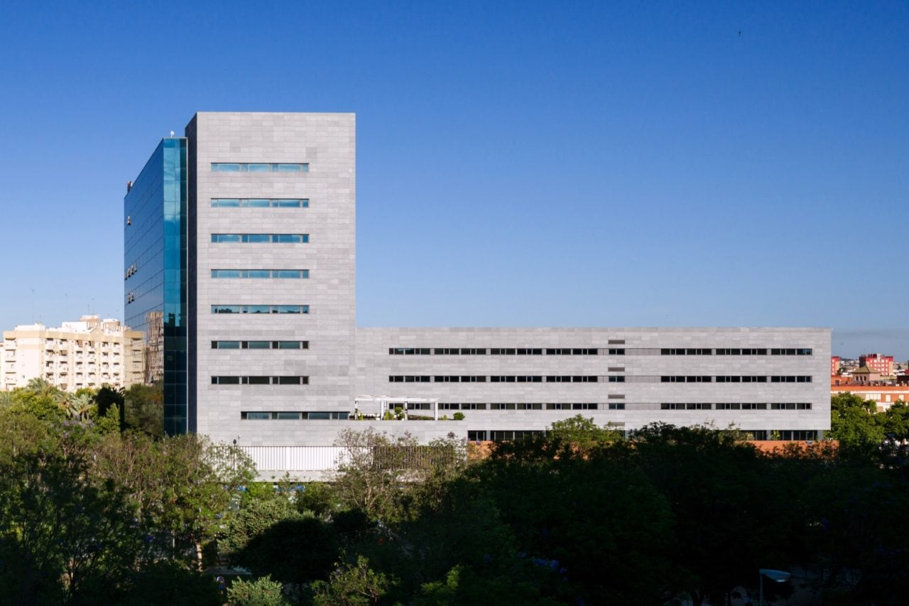 Vista panorámica del edificio de oficinas Insur en Sevilla
