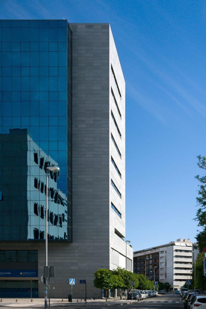 Vista lateral del volumen vertical del edificio