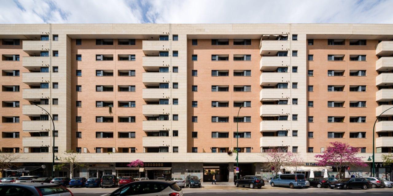 Vista panorámica del edificio desde la calle
