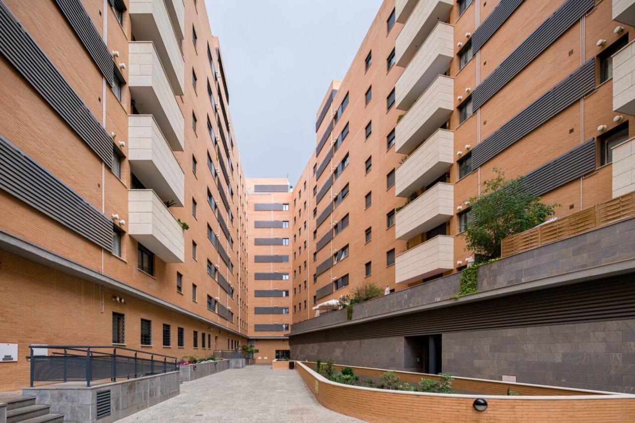 El complejo residencial visto desde los espacios comunes interiores
