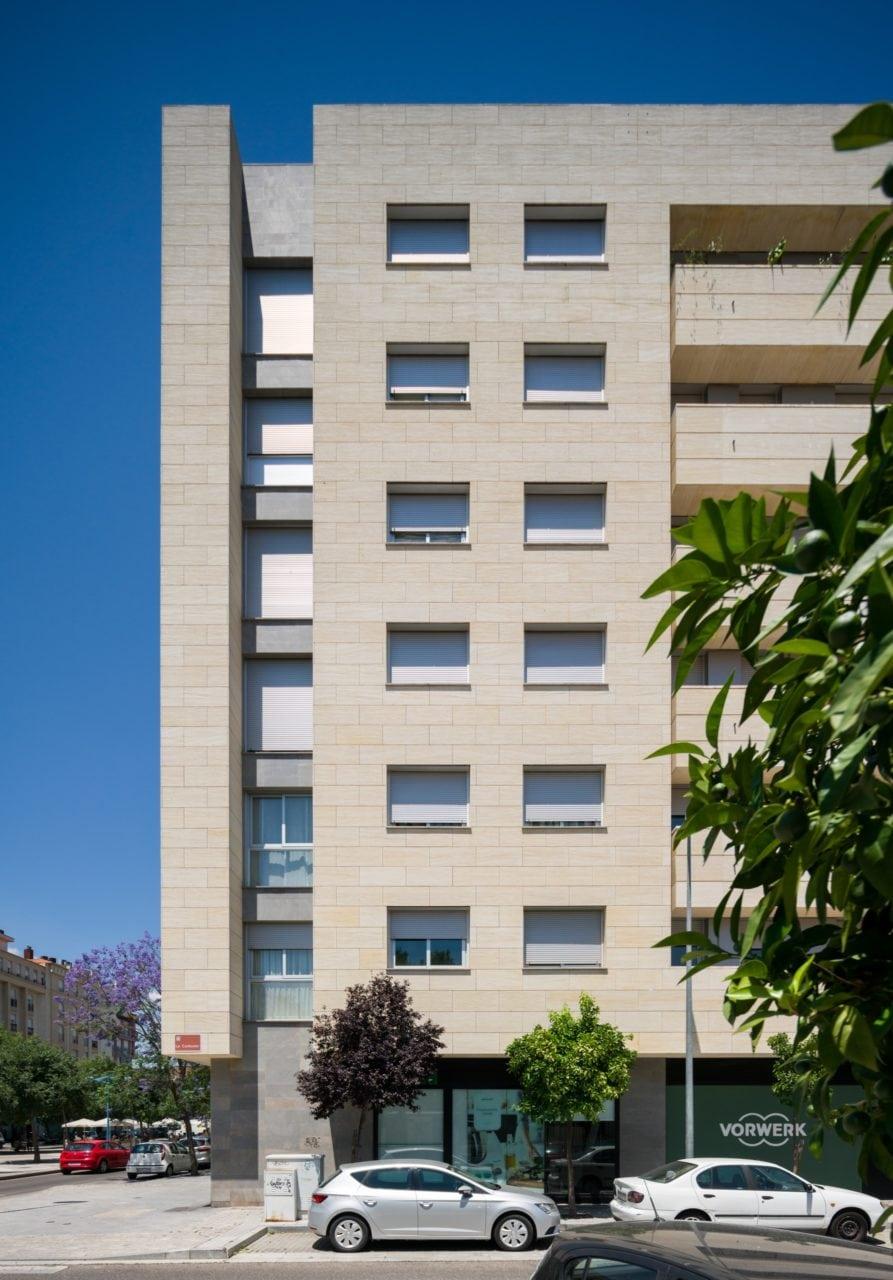 Vista de una de las fachadas laterales del edificio
