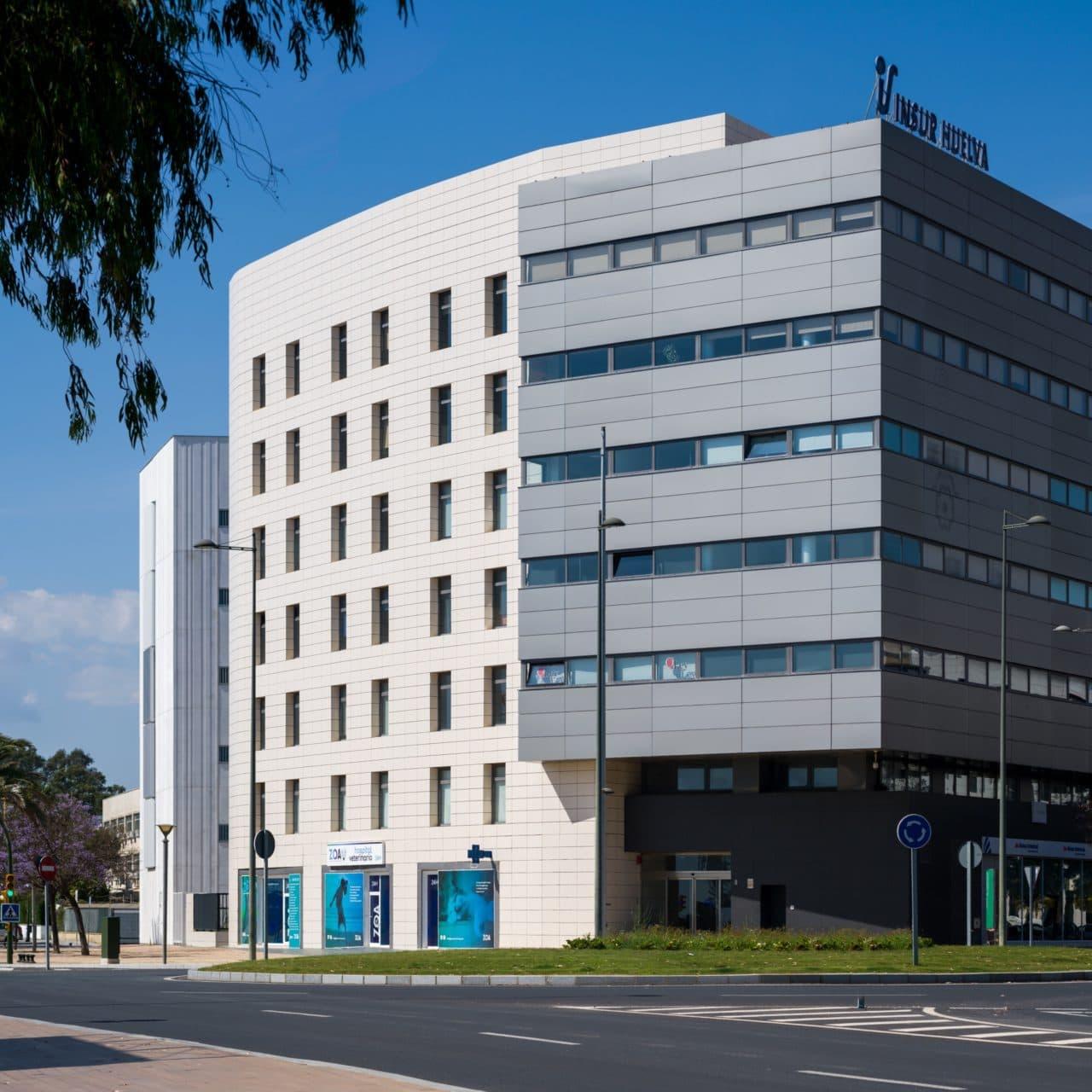 Vista lateral del edificio de oficinas insur Huelva