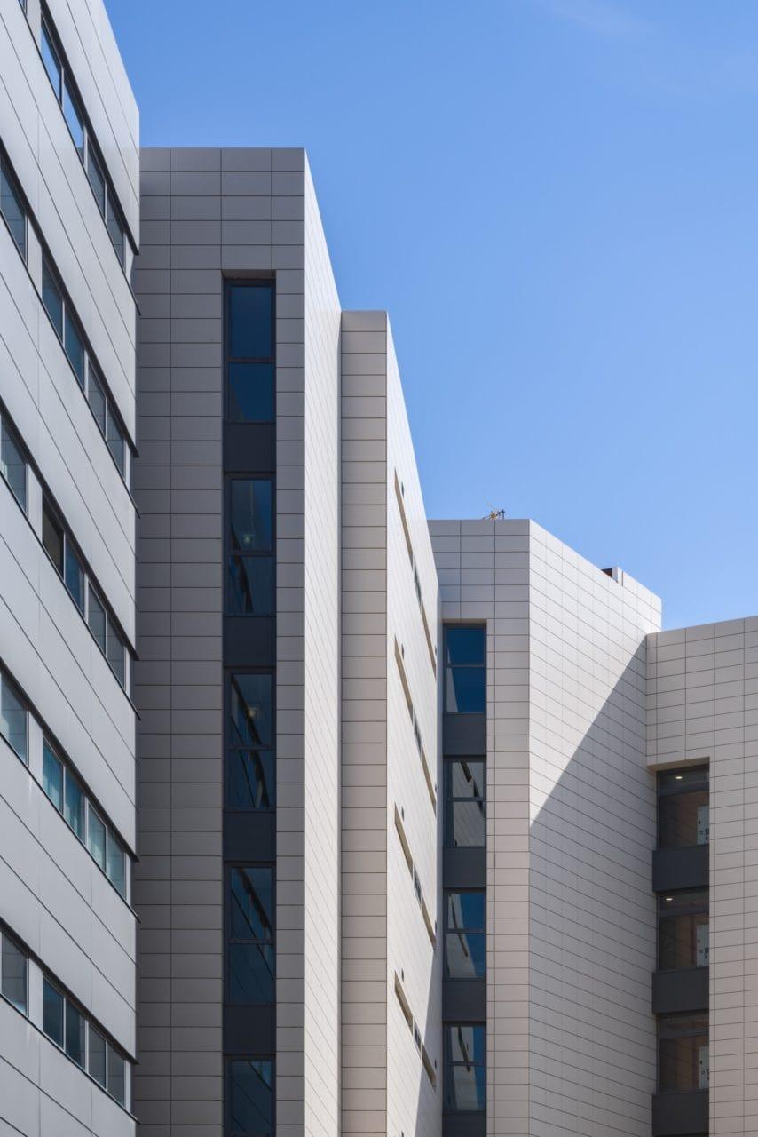 Detalles de la parte superior de las fachadas
