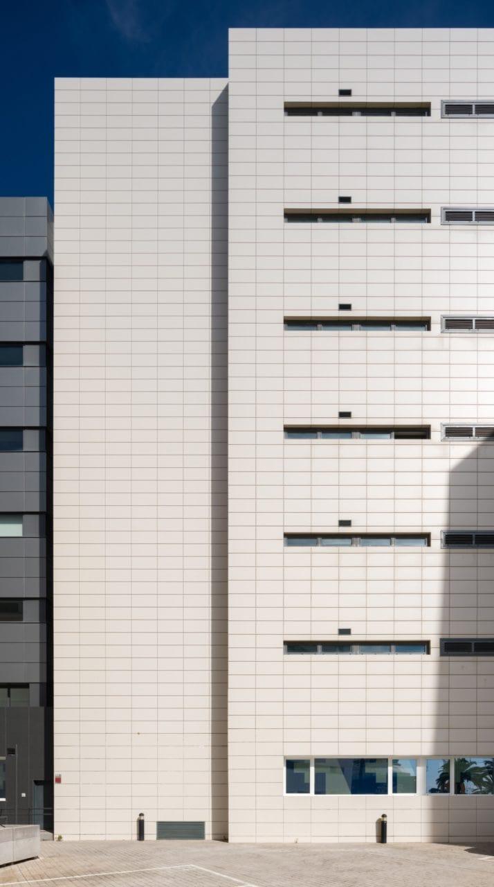 Detalle de la fachada con acabado de gres porcelánico de color claro