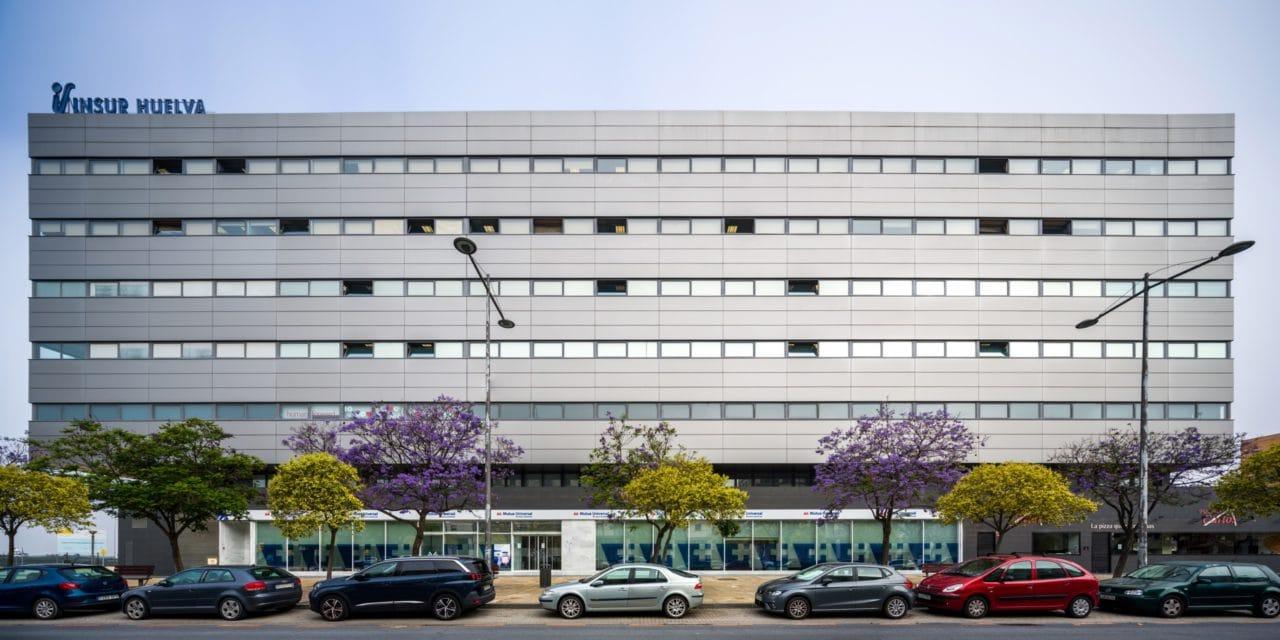 Panorámica de la fachada principal de aspecto metálico