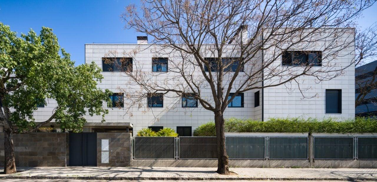 Vista panorámica del edificio y el acceso desde la calle