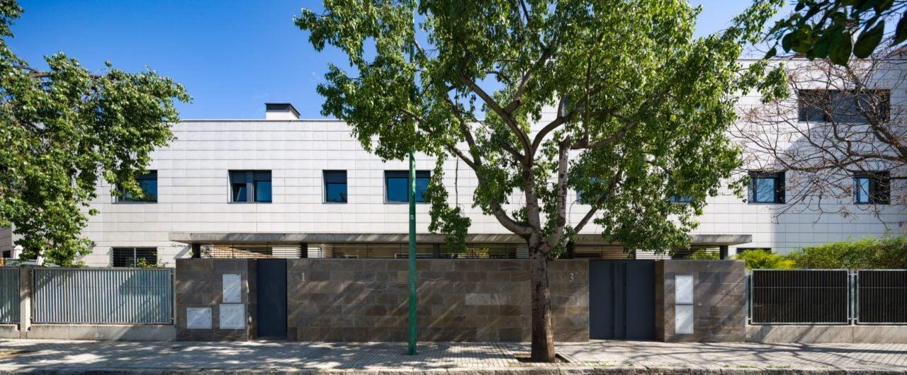 Vista panorámica del edificio y la vegetación de la calle