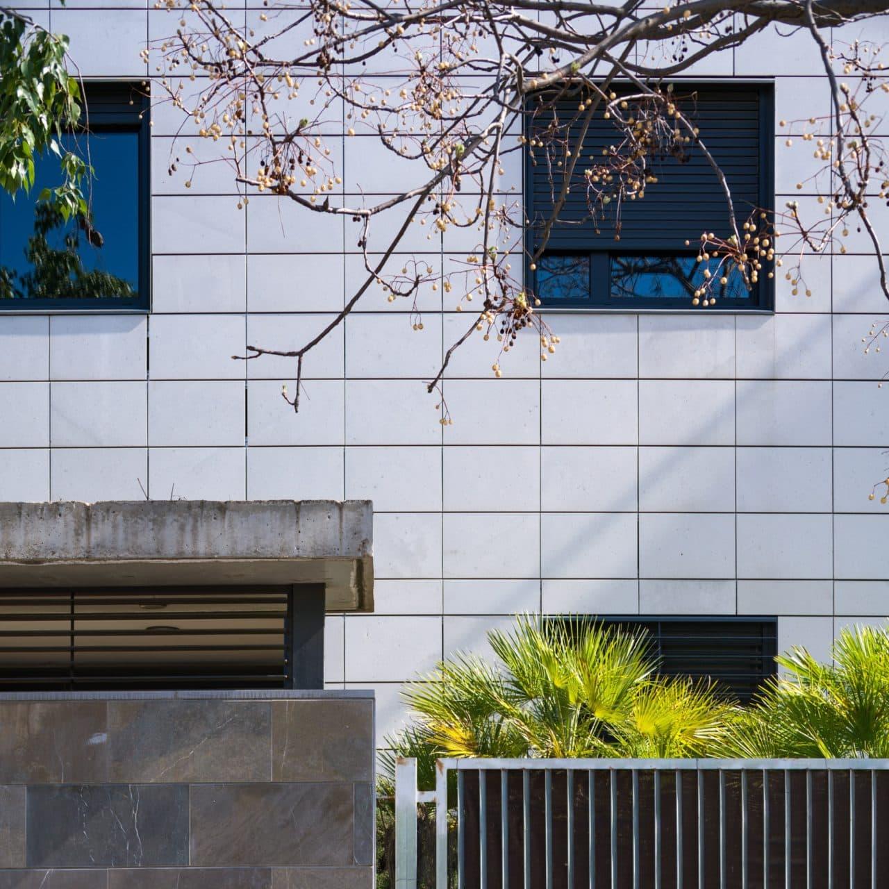 Detalle de fachada de placas de gres porcelánico