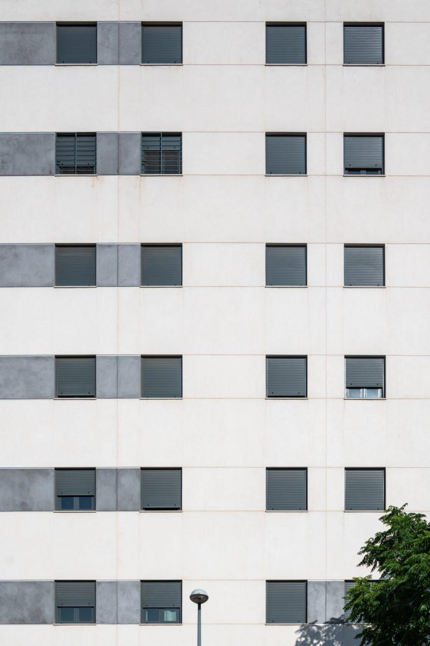 Detalle de la fachada de gres porcelánico