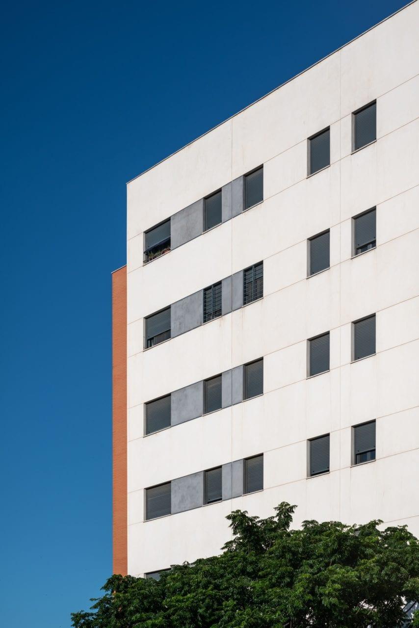 Detalle de la fachada del edificio Puerta Amate
