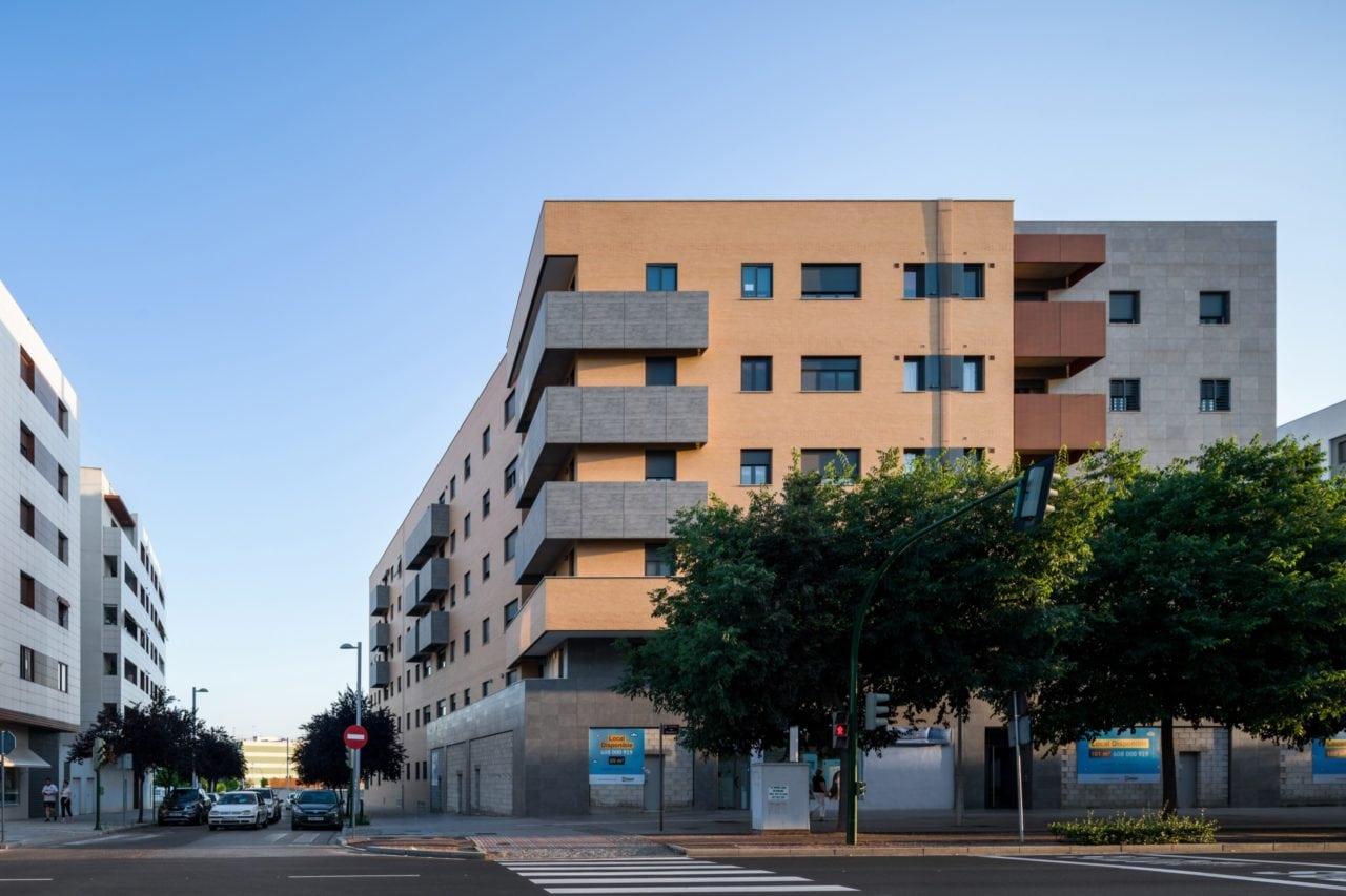 Vista lateral del edificio integrado en el entorno