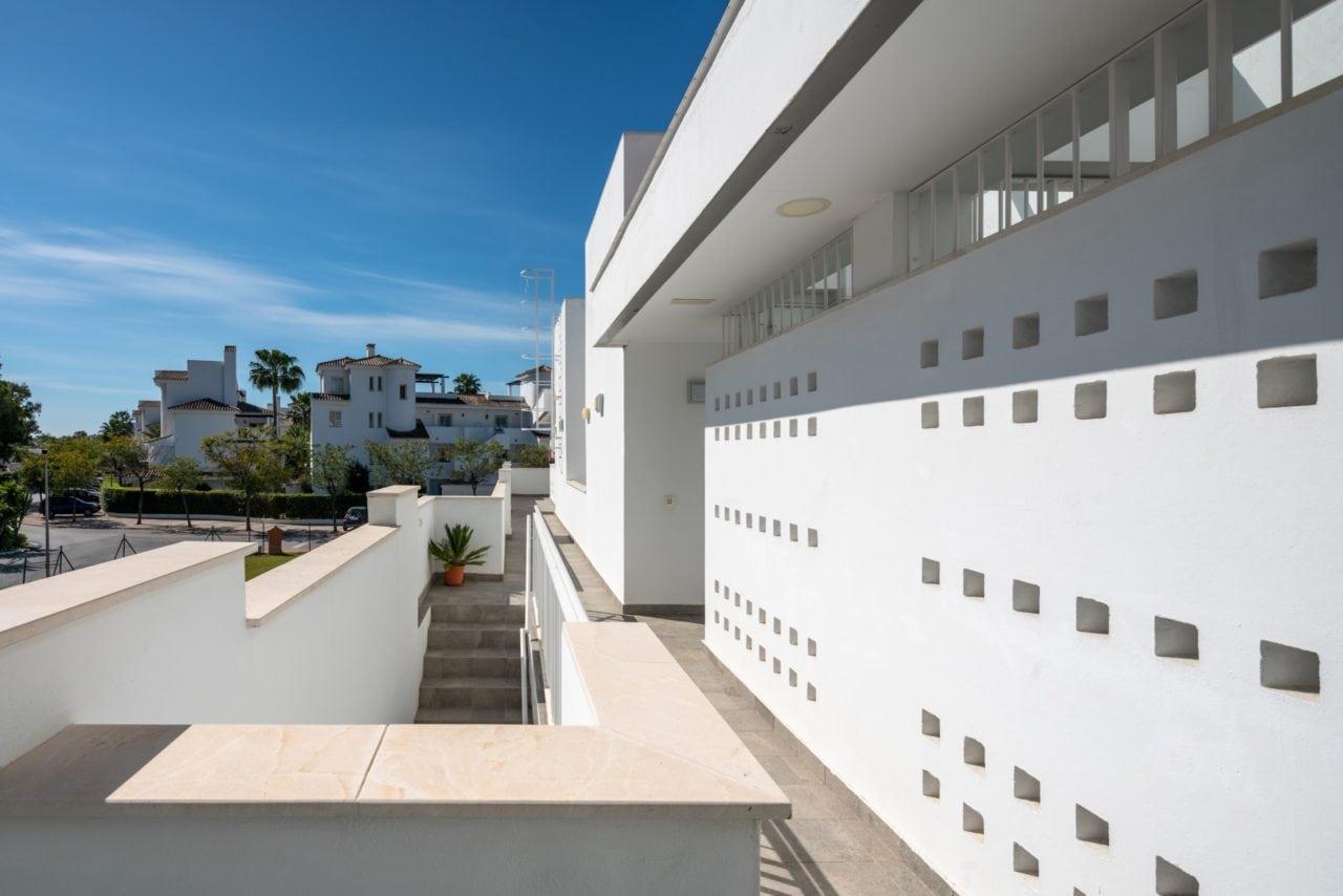 Vista detallada de una de las edificaciones de la Urbanización Los Naranjos, en Marbella