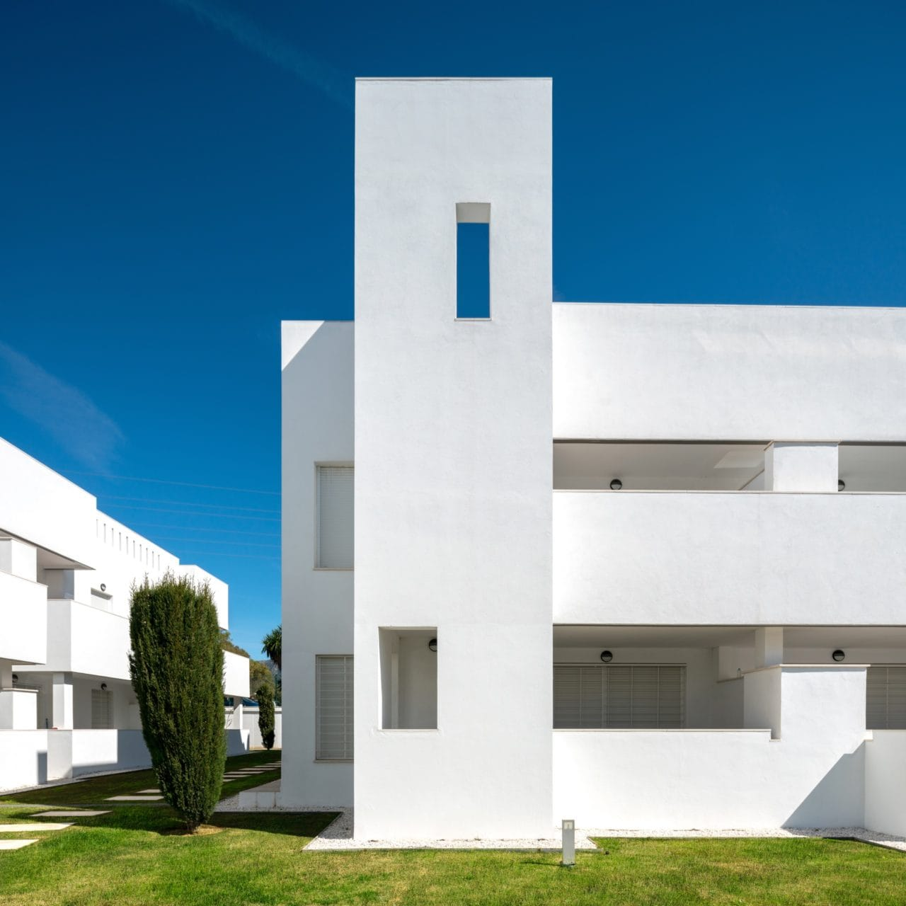 Detalle de una de las viviendas, marcada por la geometría clara y líneas rectas