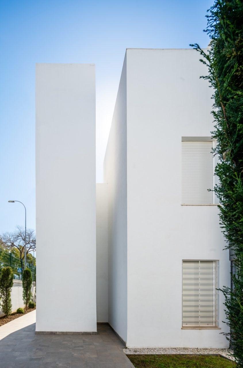 Detalle lateral de una de las construcciones de la Urbanización Los Naranjos