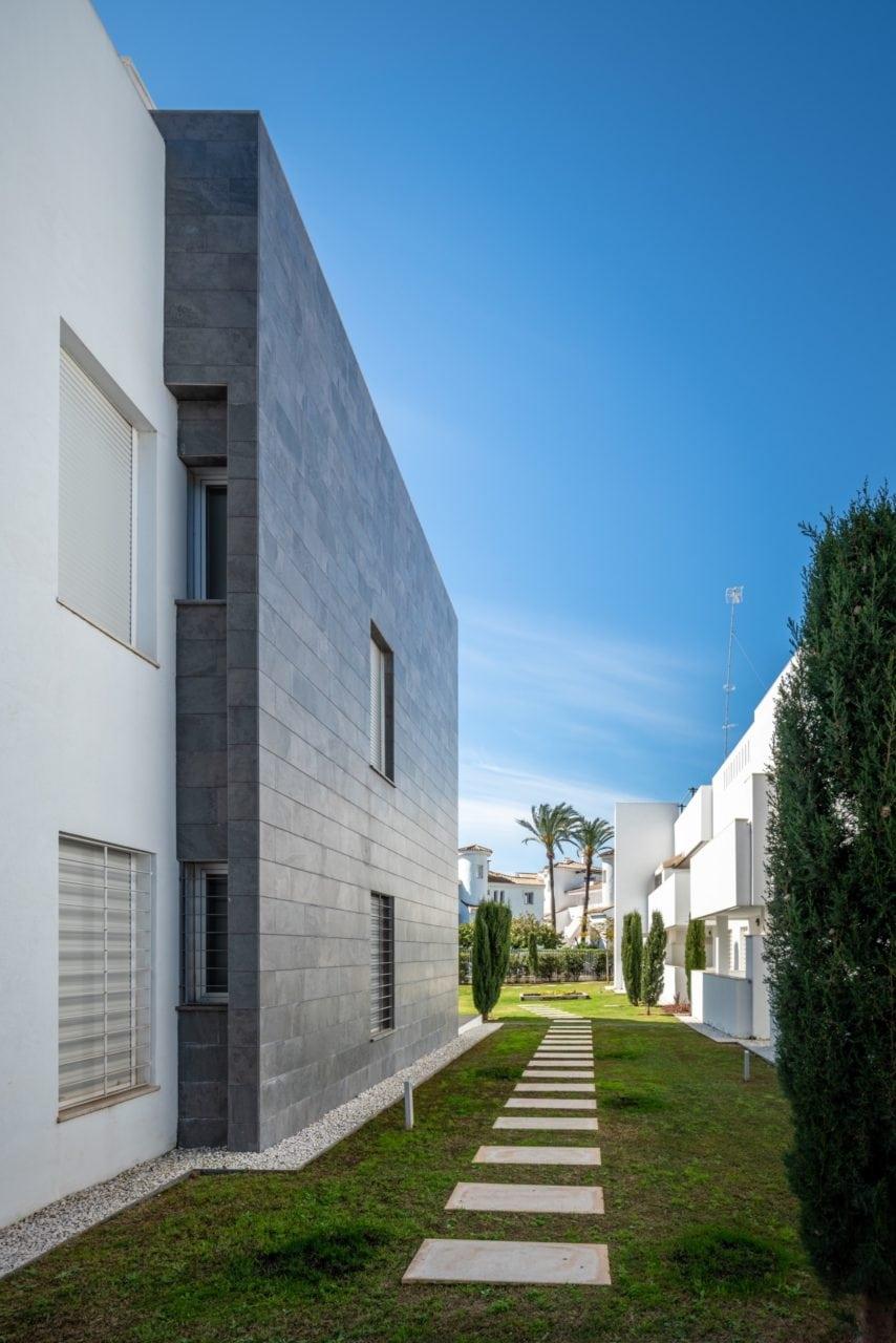 Acceso a las viviendas a través de zonas ajardinadas