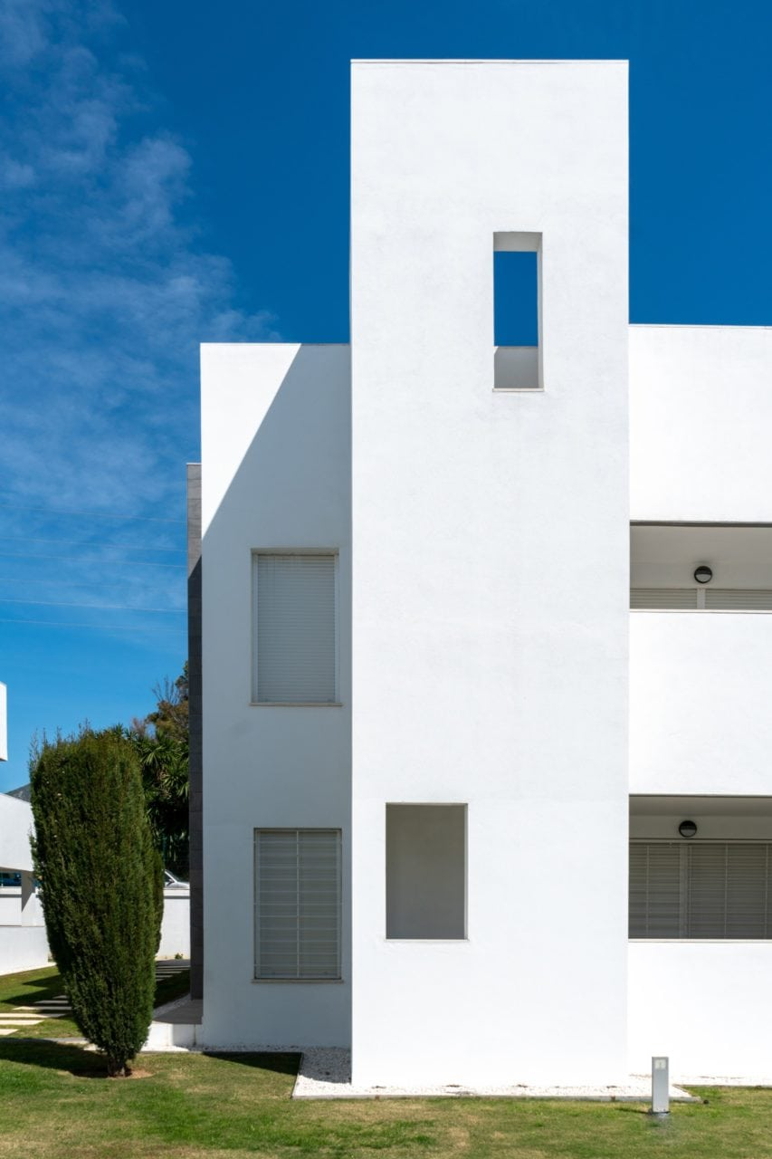 Juego de luces y sombras sobre la fachada blanca, estilo andaluz, de una de las viviendas