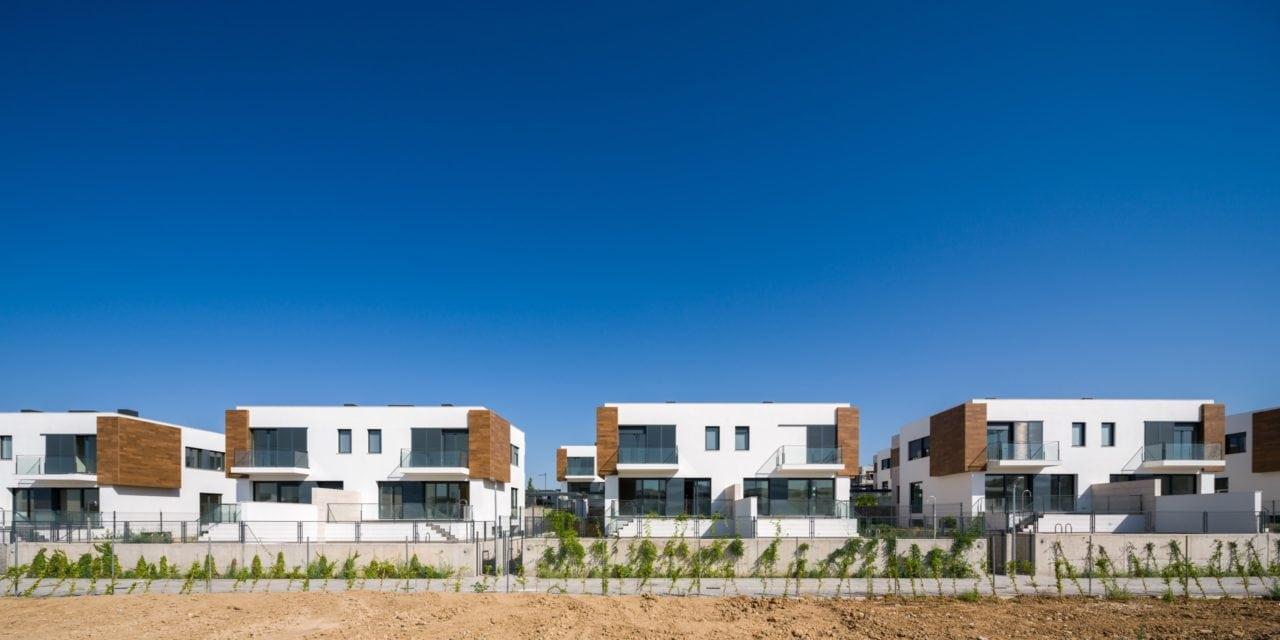 Vista panorámica de varias viviendas pareadas