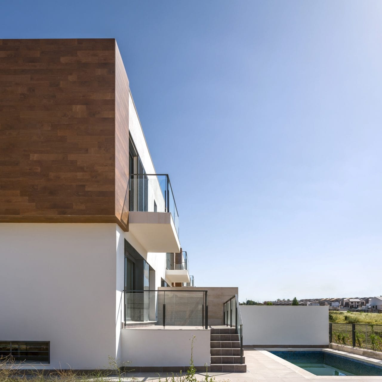Vista lateral de una de las viviendas, con la terraza y la piscina
