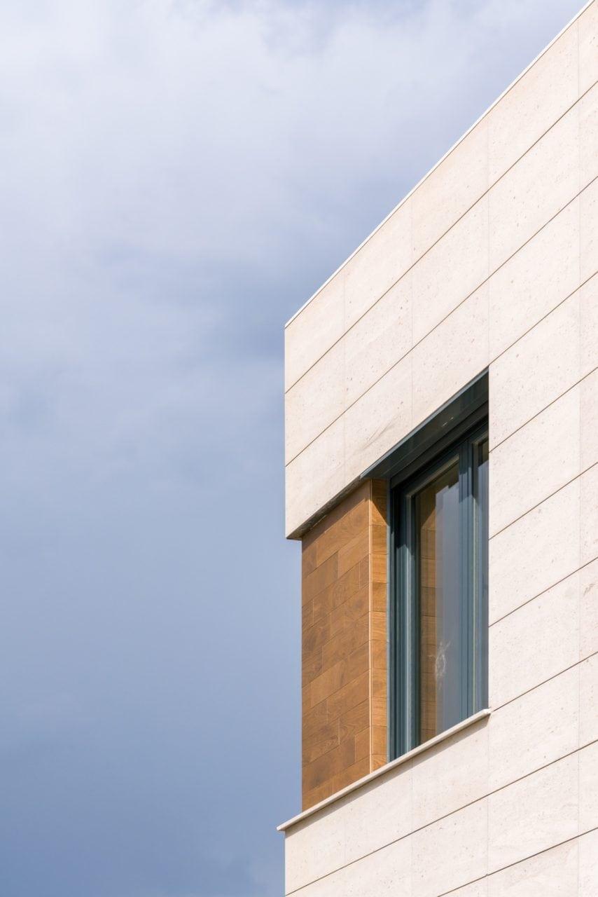 Vista en detalle de una de las ventanas de la vivienda