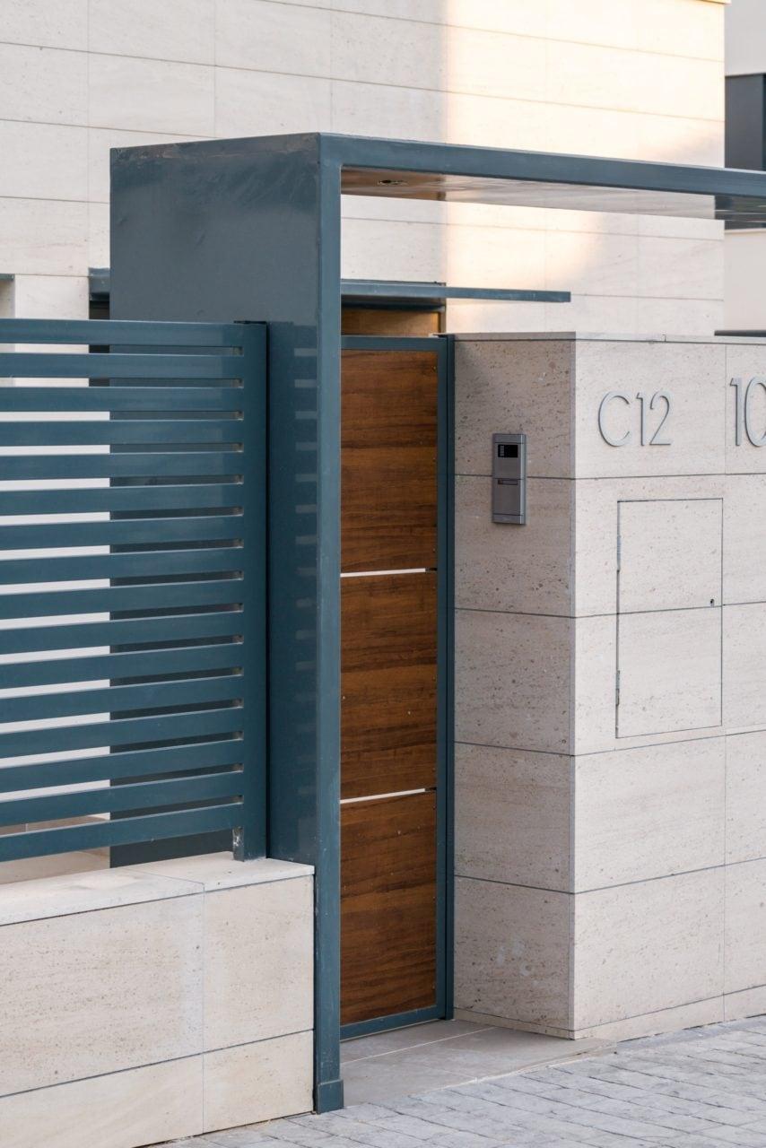 Detalle del acceso exterior a las viviendas