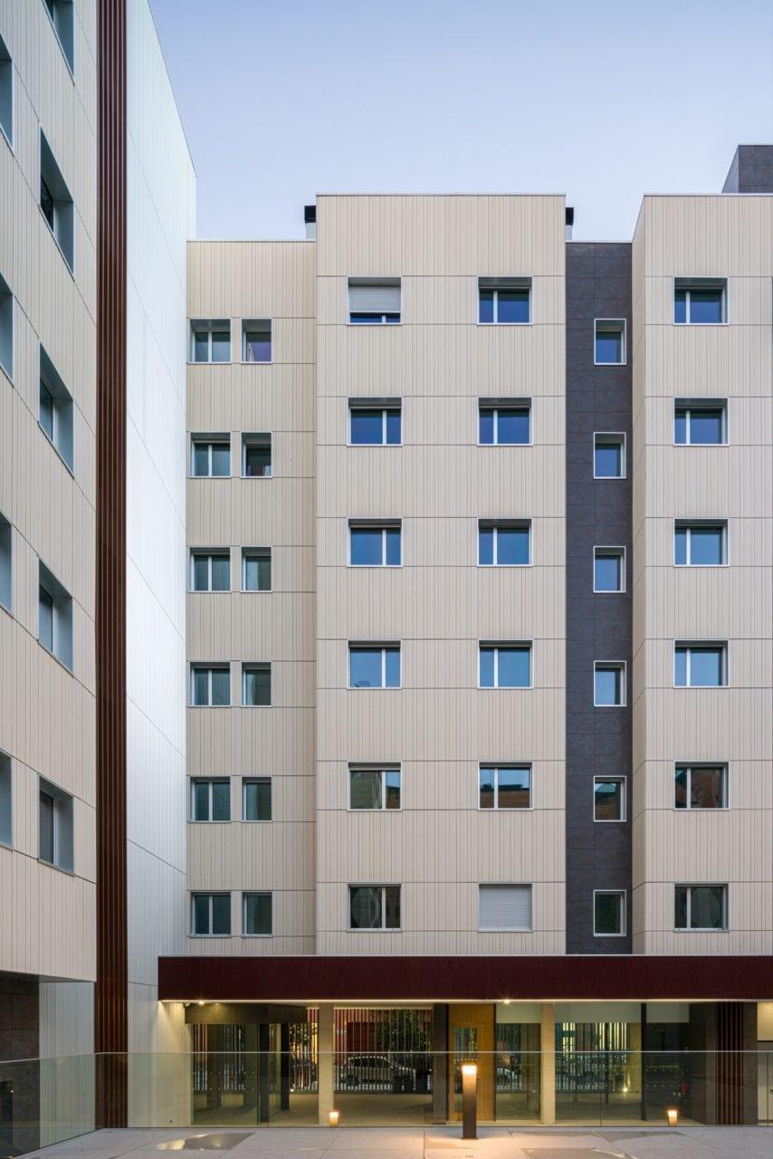 El edificio visto desde el interior de la urbanización