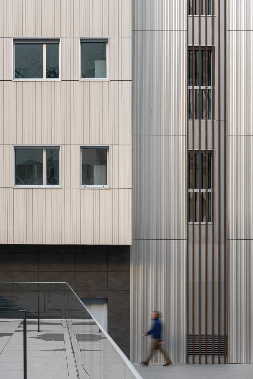 Detalle de una de las fachadas interiores de los bloques