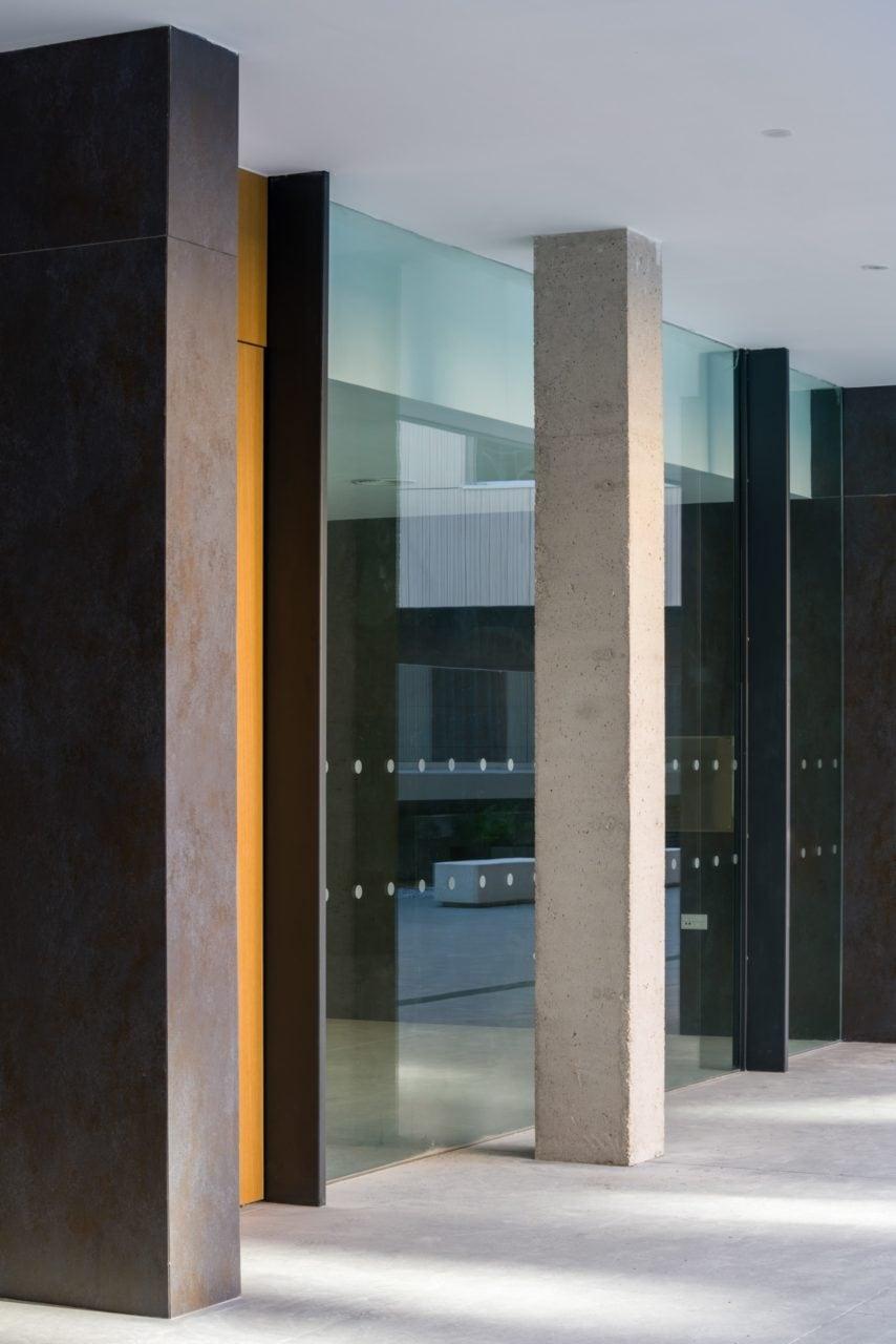 Detalle constructivo en hormigón y vidrio