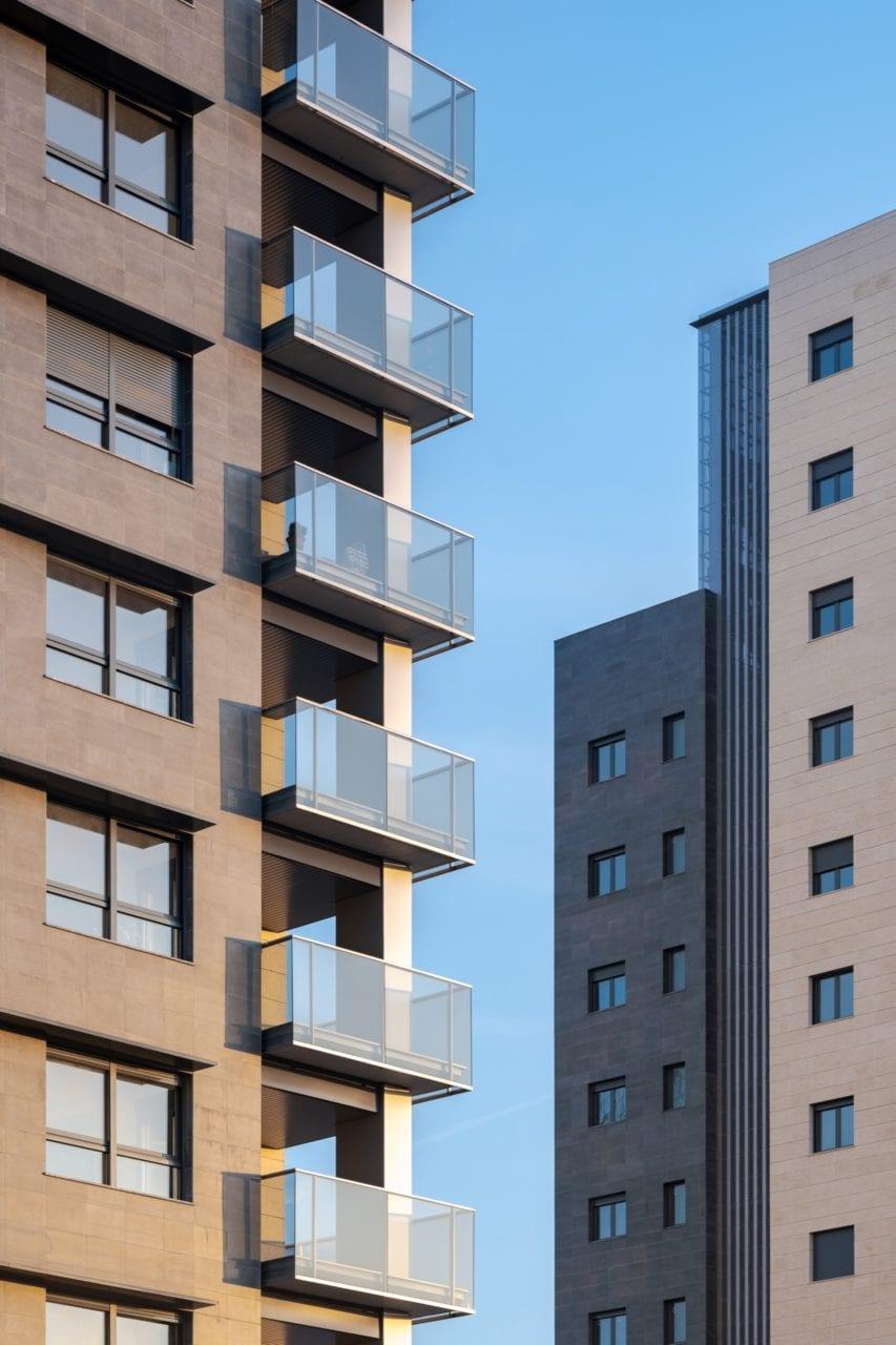 Detalle de las terrazas de vidrio de una de las torres