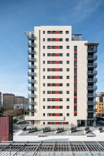 Vista lateral de una de las torres de la urbanización
