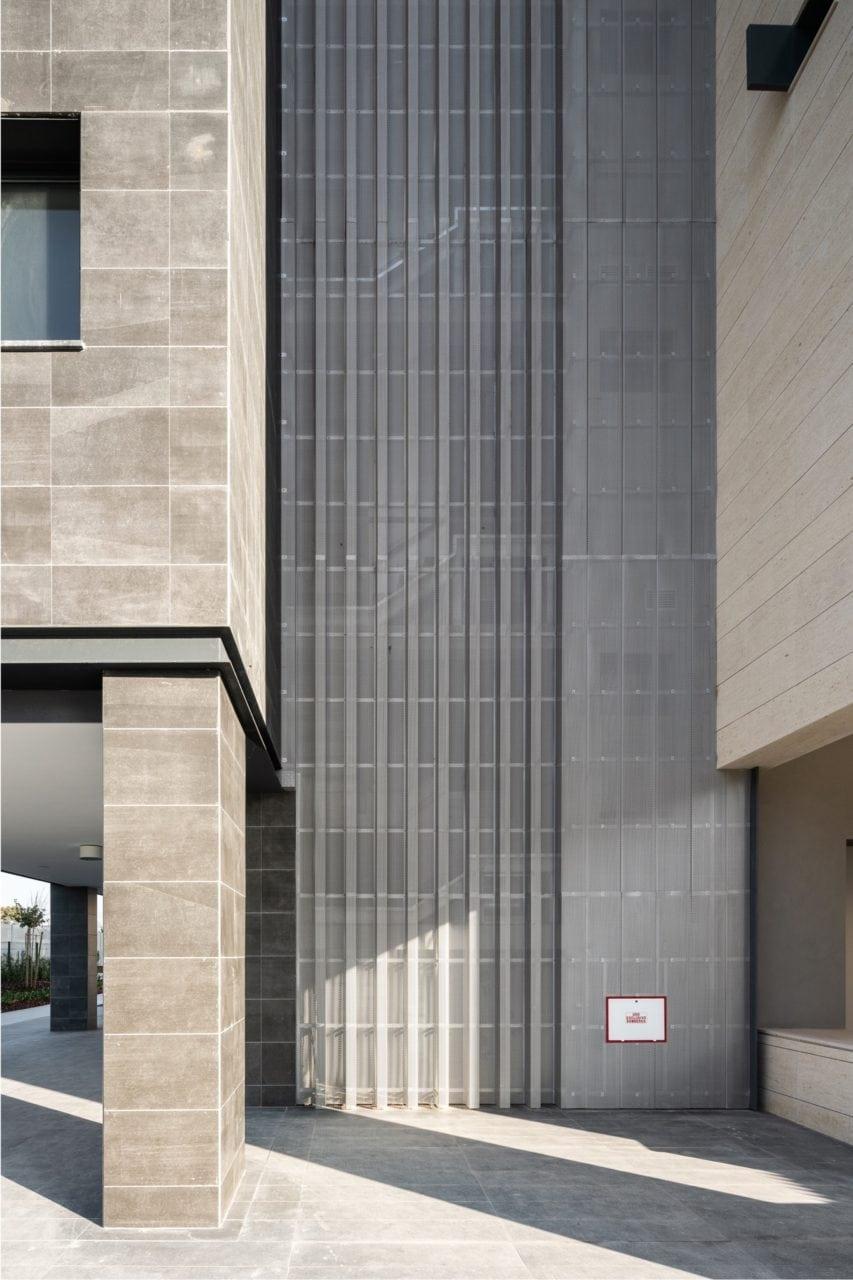 Detalle constructivo de la caja de escaleras entre el volumen claro (sur) y el oscuro (norte)
