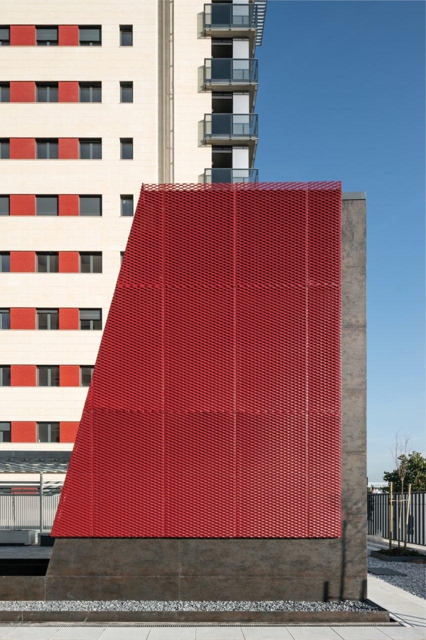 Chapa metálica roja perforada