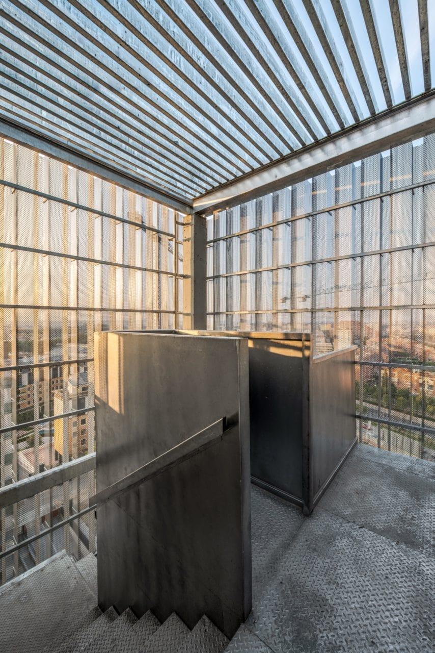 Mirador con velo metálico situado en lo alto de uno de los núcleos de escalera