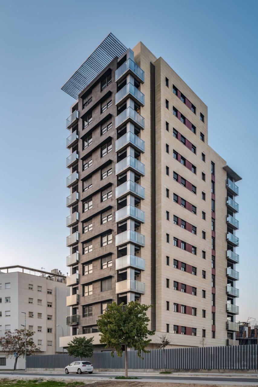 Una de las torres de la urbanización Pineda Parque