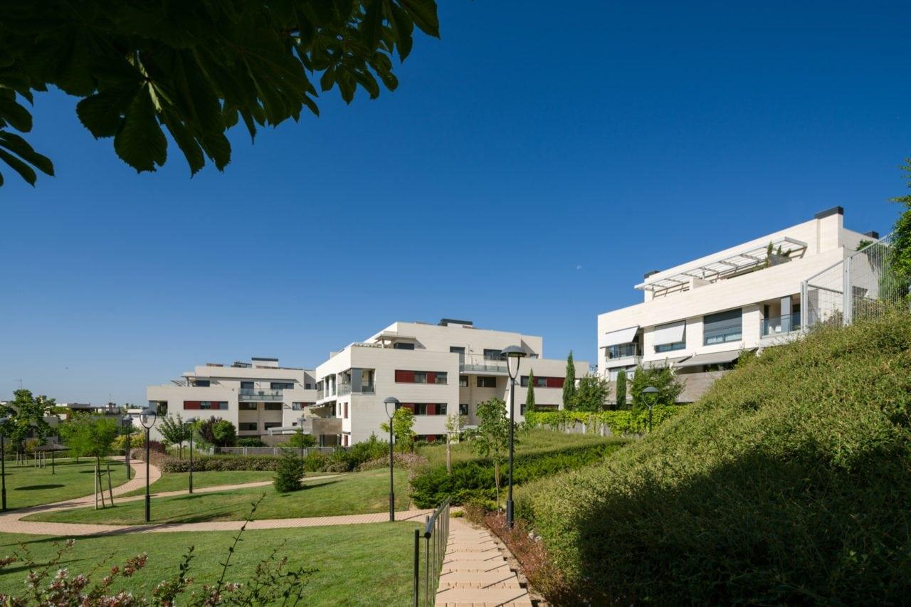Panorámica de varias viviendas desde las zonas ajardinadas de la urbanización