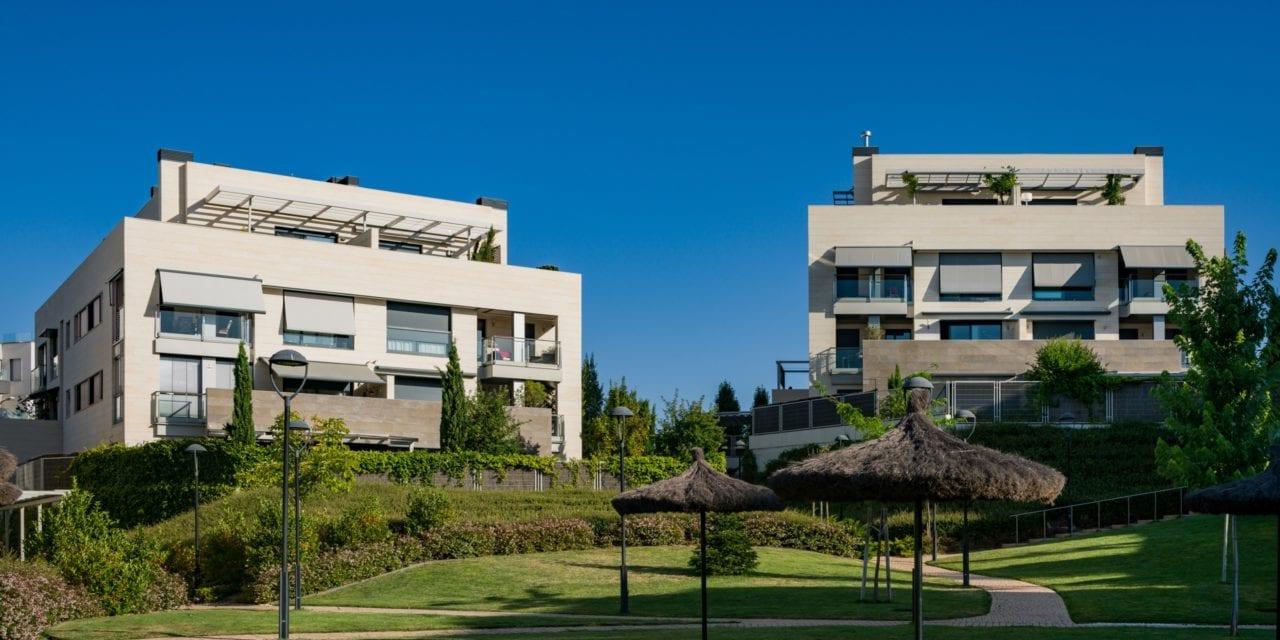 Dos de los bloques construídos vistos desde las zonas comunes ajardinadas