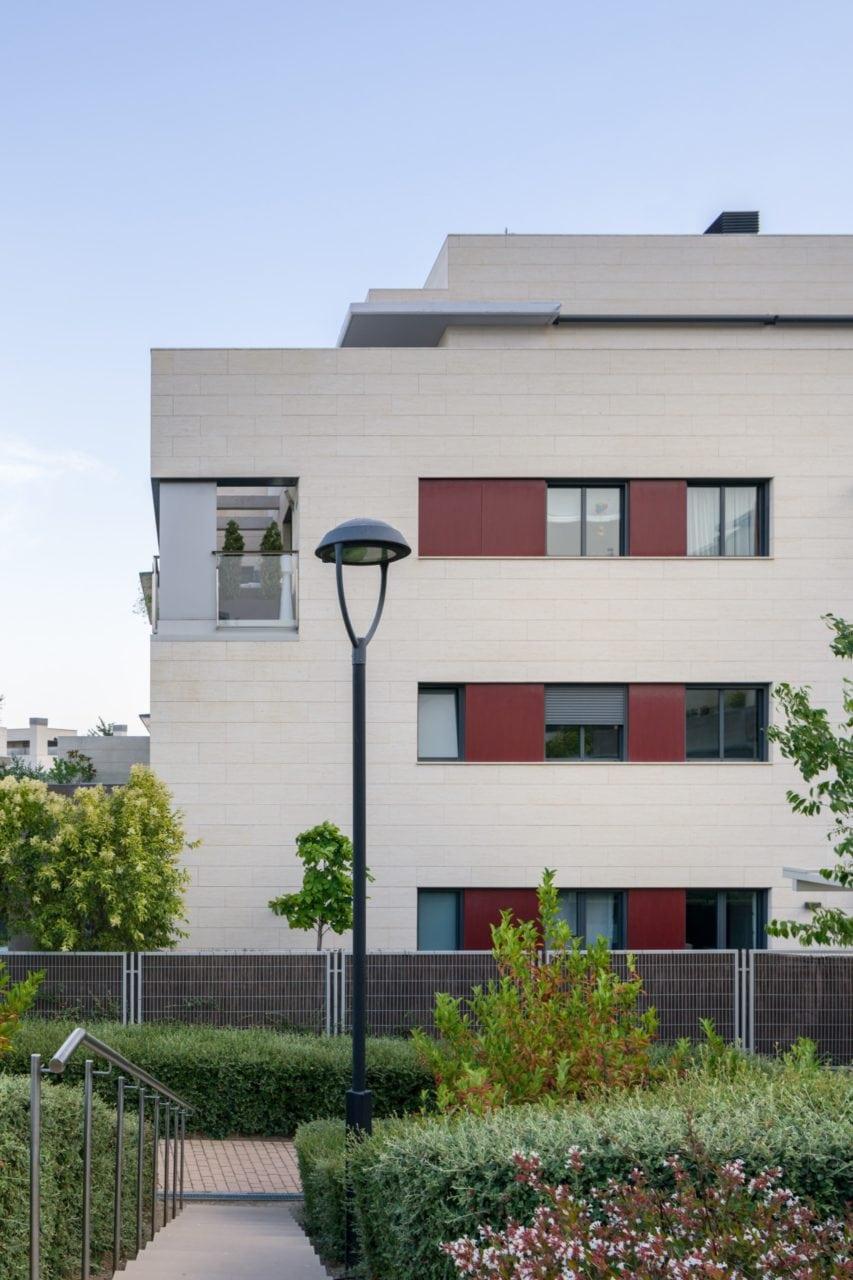 Fachada y terrazas vistas desde uno de los accesos peatonales