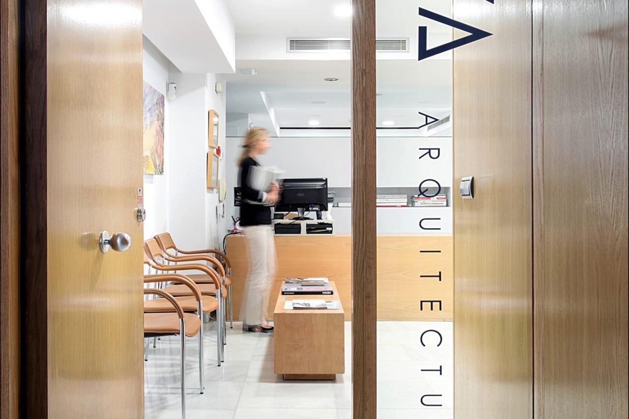 Imagen de la puerta de acceso a la oficina de DPYA